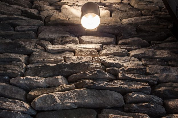 GeoPietra Kunststeinwand mit Leuchte
