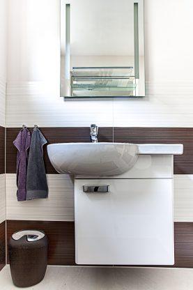 gro formatige steingutfliesen im g ste wc martin j de. Black Bedroom Furniture Sets. Home Design Ideas
